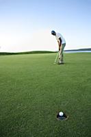 man playing golf - Yukmin