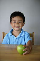 Little boy holding green apple - Yukmin