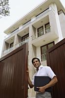 real estate agent - Alex Mares-Manton