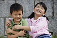 Girl with arms around boy - Yukmin