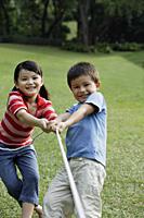 kids playing tug-o-war - Yukmin