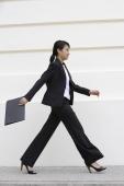 Profile of business woman walking - Yukmin