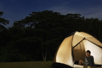 Man sitting in tent - Yukmin
