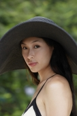 Young woman wearing big black hat - Yukmin