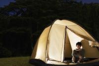 Man reading inside tent - Yukmin