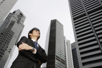 Businessman with arms crossed - Yukmin