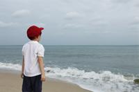 Little boy watching ocean - Yukmin