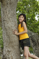 Young girl leaning on tree - Yukmin