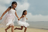 Two girls running together. - Yukmin
