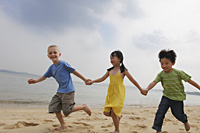 Three children running while holding hands. - Yukmin