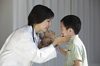 Doctor comforting young boy - Yukmin