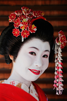 Japanese woman in traditional make up with flowers in her hair - Travelasia