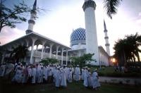 Malaysia, Selangor, Muslims at Sultan Salahuddin Abdul Aziz Shah Mosque. - Steve Raymer