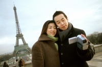 Couple videotaping themselves in front of Eiffel Tower. - Leila  Pivetta