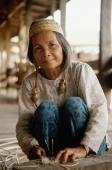 Malaysia, Sarawak, Kenya woman splitting rattan - Jill Gocher