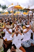 Indonesia, Bali, Gianyar, Pengastian ceremony, communal prayers on Lebih Beach. (grainy) - Martin Westlake