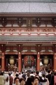 Japan, Tokyo, Asakusa, crowd at Hozomon Gate at Kannon Temple - Alex Microstock02