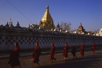 Myanmar (Burma), Nyaungshwe, Inle lake, Buddhist monks walking pass Yadanaman Aung Paya. - Martin Westlake