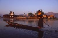 Myanmar (Burma), Inle lake, Boatman in front of Nga Phe Kyaung monastery. - Martin Westlake