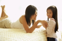 Mother and daughter in bedroom, face to face - Alex Microstock02