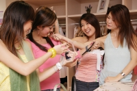 Young women shopping - Alex Microstock02
