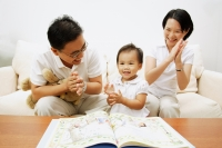Family with one child clapping - Alex Microstock02