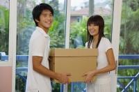 Couple carrying a box, looking at camera - Yukmin