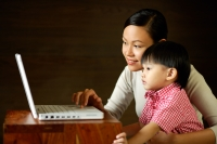 Mother with young son, looking at laptop - Alex Mares-Manton