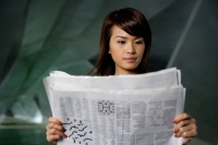 Woman reading newspaper - Yukmin