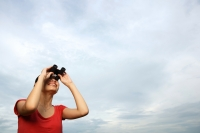 Woman with binoculars - Yukmin