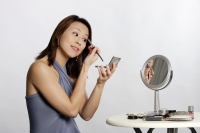 Woman applying make-up - Yukmin