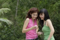 Teenage girls listening to MP3 player - Yukmin