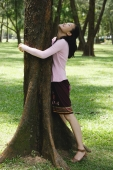 Young woman hugging a tree - Yukmin