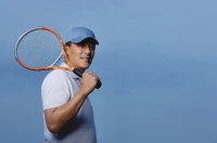 Man holding tennis racket, playing sports - Yukmin
