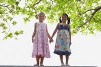 Young girls holding hands - Yukmin