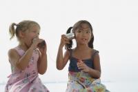 Girls playing with toy phones - Yukmin