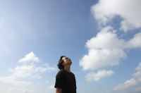 Man looking at the sky - Yukmin