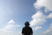 Man looking at the sky - Yukmin