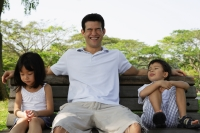 Father and children on park bench - Yukmin