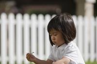 Young girl playing in the garden - Yukmin