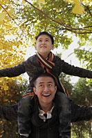 Young boy on dad's shoulders looking up - Alex Mares-Manton